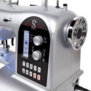 Masina de cusut computerizata